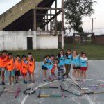 Una joven enseña hockey gratis a chicos en Maschwitz
